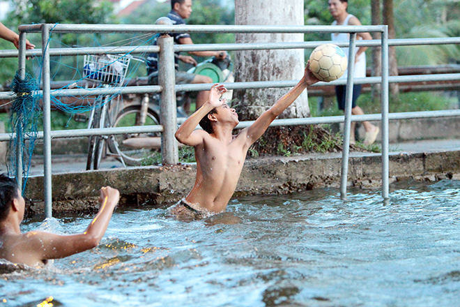Ao tù hoá bể bơi xanh mát vạn người mê ở Hà Nội - 6