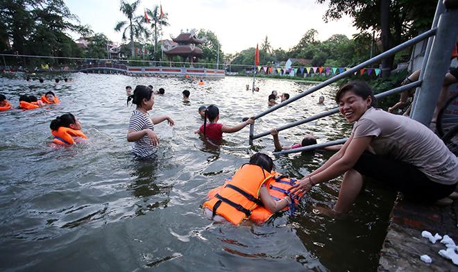 Ao tù hoá bể bơi xanh mát vạn người mê ở Hà Nội - 11