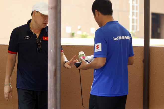 U22 Việt Nam: HLV Hữu Thắng so tài nâng tạ chuyên gia Đức - 2