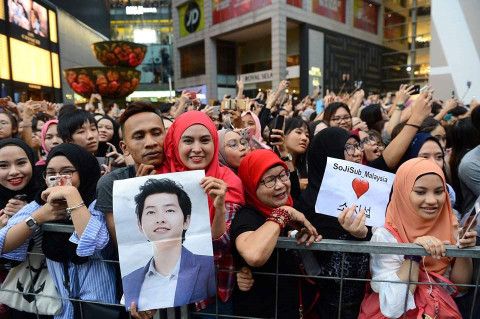Hàng nghìn người đổ xô nhìn tận mắt chồng sắp cưới Song Hye Kyo - 2