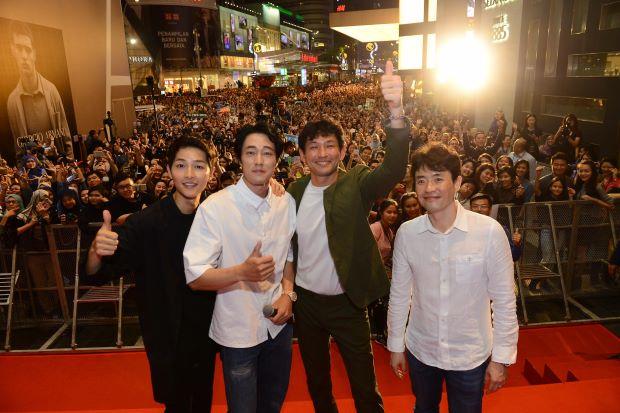 Hàng nghìn người đổ xô nhìn tận mắt chồng sắp cưới Song Hye Kyo - 1