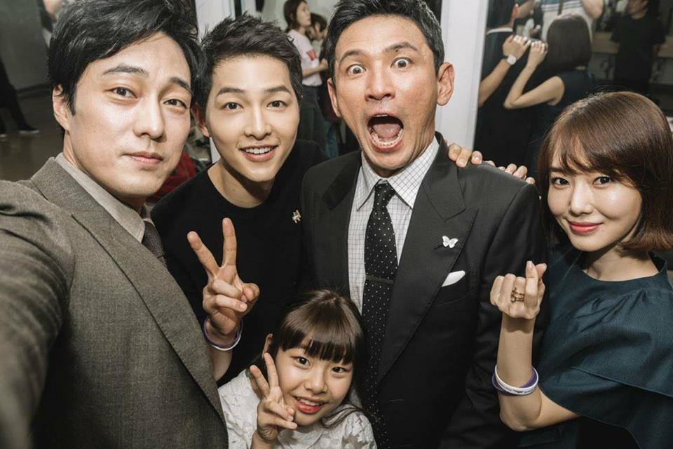 Hàng nghìn người đổ xô nhìn tận mắt chồng sắp cưới Song Hye Kyo - 3