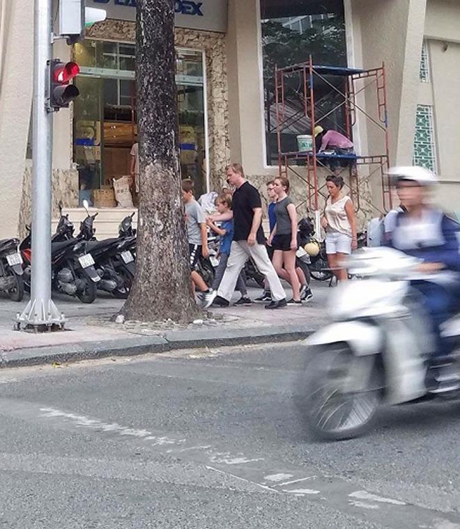 Đạo diễn siêu phẩm Dunkirk cùng vợ đi dạo trên phố đi bộ Nguyễn Huệ - 2
