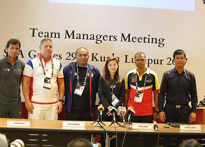 """Nữ trưởng đoàn xinh đẹp U22 Thái Lan giữa """"vòng vây"""" 5 người đàn ông - 1"""