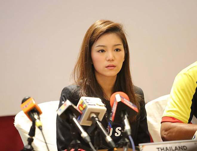 """Nữ trưởng đoàn xinh đẹp U22 Thái Lan giữa """"vòng vây"""" 5 người đàn ông - 2"""