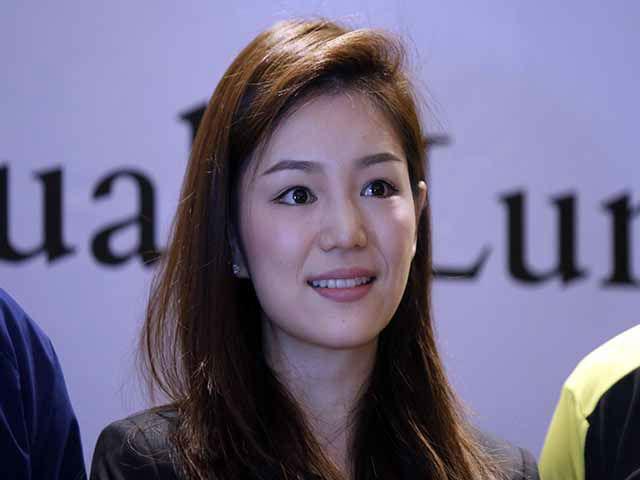 """Nữ trưởng đoàn xinh đẹp U22 Thái Lan giữa """"vòng vây"""" 5 người đàn ông"""