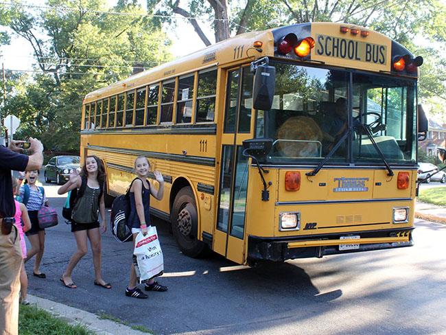 Đa số học sinh ở Mỹ sử dụng xe bus là phương tiện chính để tới trường. Ngày đầu tiên của năm học mới cũng không ngoại lệ.