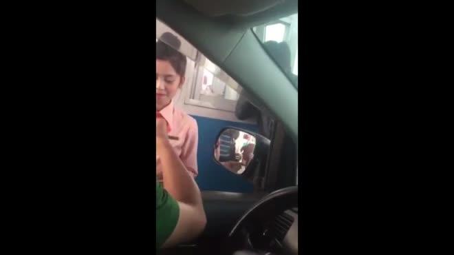 """Gặp tài xế được phong """"hotboy tiền lẻ"""" khi qua trạm thu phí Cai Lậy"""