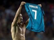 """Ronaldo ghi siêu phẩm, Messi """"cúi đầu"""", triệu fan muốn trao luôn QBV"""