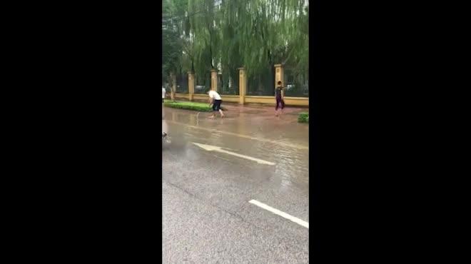"""Clip: Cá bơi lội tung tăng trên phố, dân đổ xô đi """"quăng chài"""""""