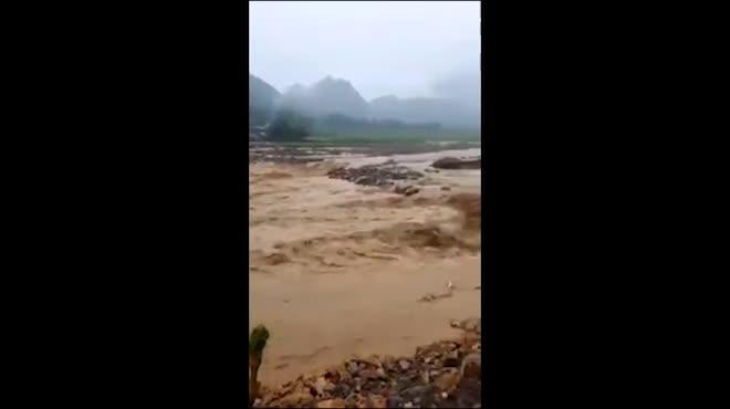 Nước lũ ào ào đổ về Mường La sau 13 ngày lũ quét kinh hoàng
