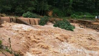 Clip: Liều bơi qua nước lũ ngập đến cổ ở Ba Chẽ, Quảng Ninh
