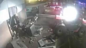 Anh: Dùng máy xúc đâm nát tường, lôi cây ATM ra mang đi