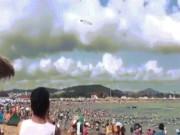 Phi thường - kỳ quặc - Vòng tròn kỳ lạ lơ lửng trên bãi biển đông người ở TQ