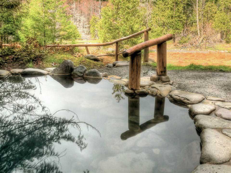 Quên đi sự đời tại 10 suối nước nóng bình yên, đẹp tuyệt trần - 1