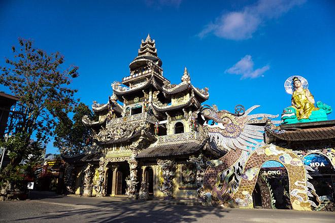 """Ngôi chùa kỳ quái làm từ """"ve chai"""" khiến du khách tròn mắt khi ghé thăm - 1"""