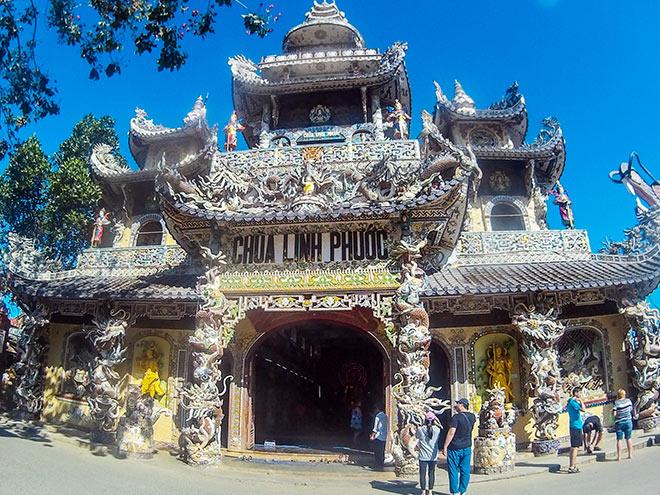 """Ngôi chùa kỳ quái làm từ """"ve chai"""" khiến du khách tròn mắt khi ghé thăm - 2"""
