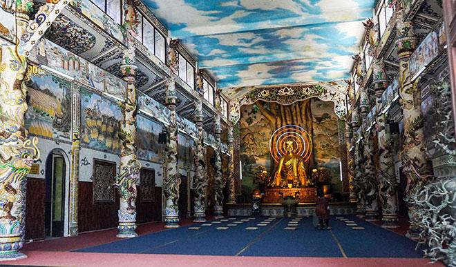 """Ngôi chùa kỳ quái làm từ """"ve chai"""" khiến du khách tròn mắt khi ghé thăm - 3"""