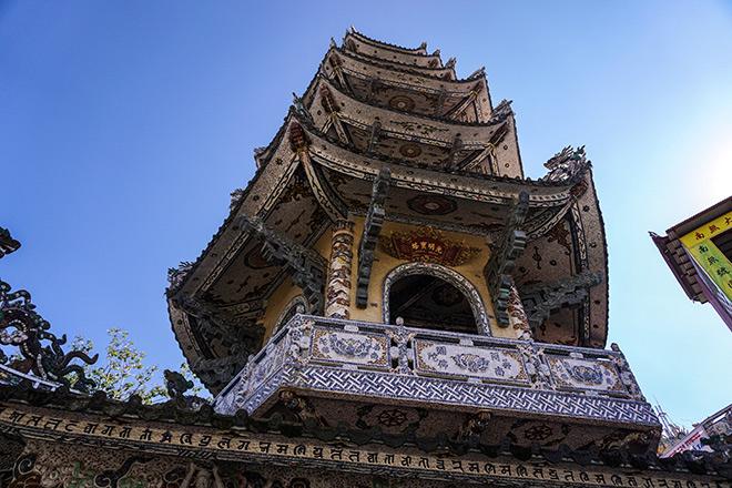"""Ngôi chùa kỳ quái làm từ """"ve chai"""" khiến du khách tròn mắt khi ghé thăm - 7"""