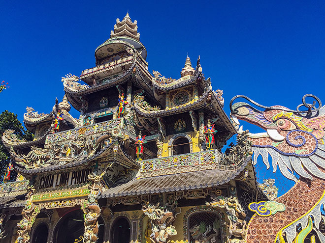 """Ngôi chùa kỳ quái làm từ """"ve chai"""" khiến du khách tròn mắt khi ghé thăm - 4"""