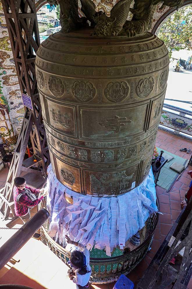 """Ngôi chùa kỳ quái làm từ """"ve chai"""" khiến du khách tròn mắt khi ghé thăm - 8"""
