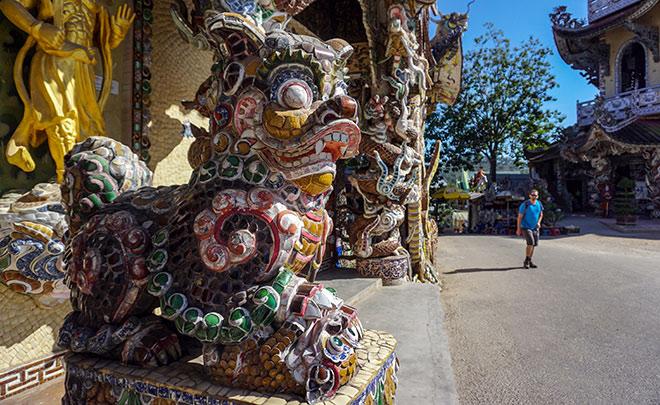 """Ngôi chùa kỳ quái làm từ """"ve chai"""" khiến du khách tròn mắt khi ghé thăm - 12"""