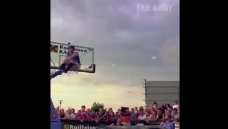 """Clip hài: Những pha biểu diễn bóng rổ """"thảm họa"""""""