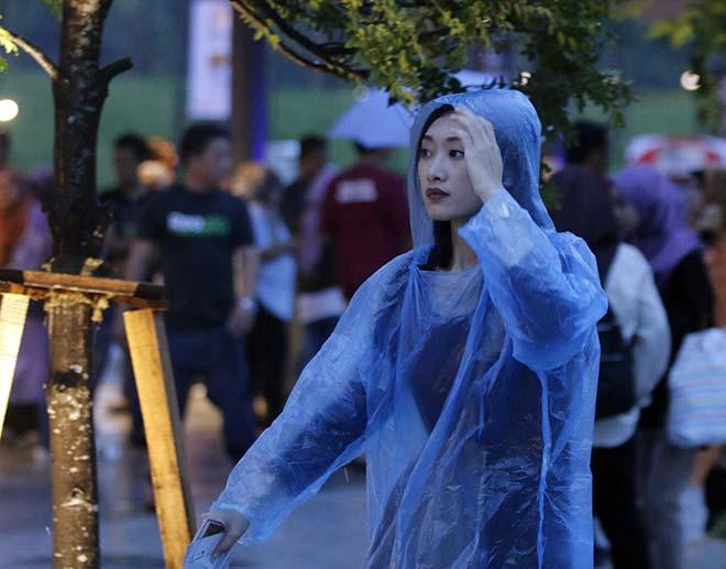"""Người đẹp đội mưa """"tiếp lửa"""" Lễ khai mạc SEA Games 29 - 12"""