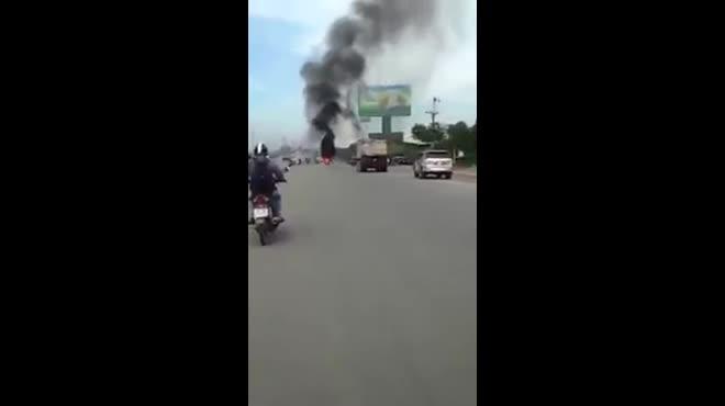 Clip: 2 cô gái tháo chạy khỏi xe bốc cháy dữ dội trên phố