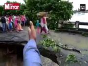 Thế giới - Ấn Độ: Cả gia đình sắp chạy hết cầu thì lũ cuốn chết thảm