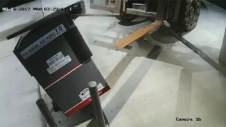 Phi xe nâng vào ngân hàng bê cây ATM chạy mất