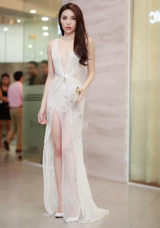 """Đầm xẻ ngực hun hút của """"bạn gái Noo Phước Thịnh"""" đẹp nhất tuần - 4"""