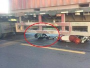 Tin tức trong ngày - Cô gái trẻ thoát chết thần kỳ khi bị cuốn vào gầm container