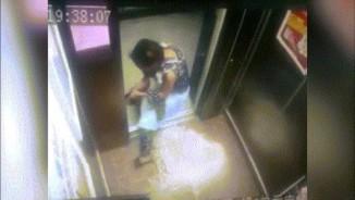 Hốt hoảng bé gái kẹp tay vào cửa thang máy vì mẹ bất cẩn