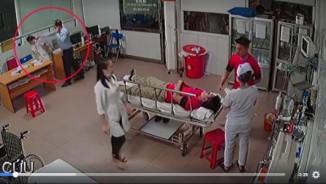 """Vụ bác sĩ 115 bị đánh: Chủ tịch phường cầm ghế """"định ngồi"""" hay """"xông vào đòi đánh""""?"""