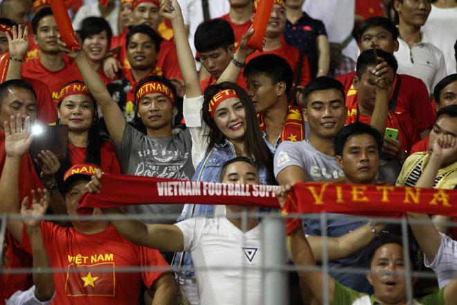 Xem Hồ Tuấn Tài, fan nữ xinh đẹp U22 Việt Nam vẫn rất cuồng nhiệt - 9