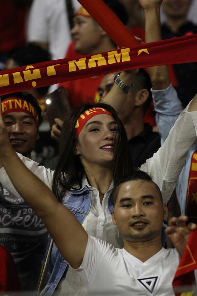 Xem Hồ Tuấn Tài, fan nữ xinh đẹp U22 Việt Nam vẫn rất cuồng nhiệt - 8