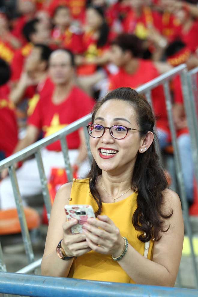 Xem Hồ Tuấn Tài, fan nữ xinh đẹp U22 Việt Nam vẫn rất cuồng nhiệt - 7