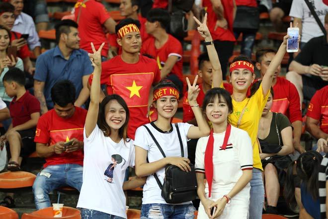Xem Hồ Tuấn Tài, fan nữ xinh đẹp U22 Việt Nam vẫn rất cuồng nhiệt - 2