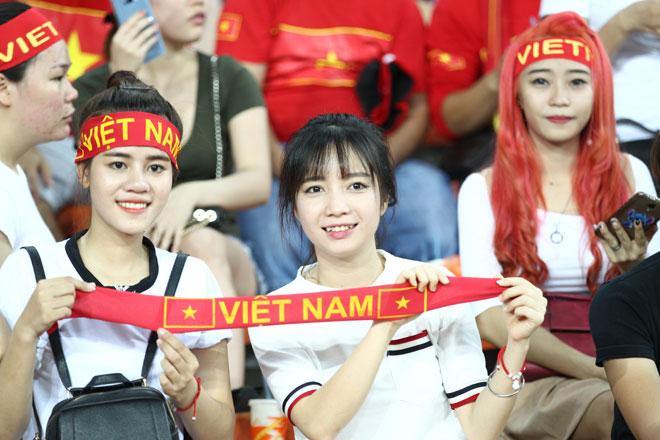 Xem Hồ Tuấn Tài, fan nữ xinh đẹp U22 Việt Nam vẫn rất cuồng nhiệt - 3