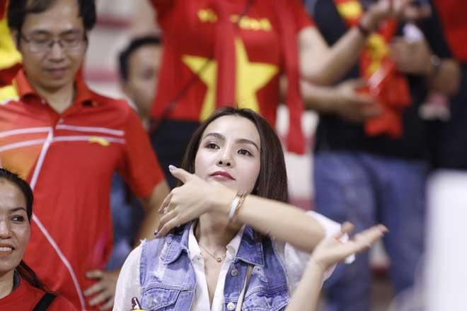 Xem Hồ Tuấn Tài, fan nữ xinh đẹp U22 Việt Nam vẫn rất cuồng nhiệt - 10