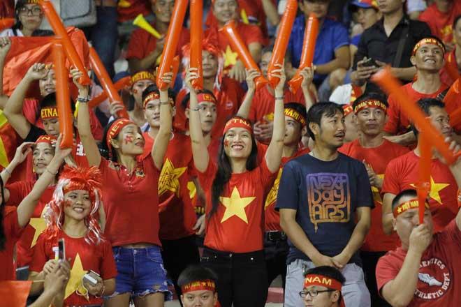 Xem Hồ Tuấn Tài, fan nữ xinh đẹp U22 Việt Nam vẫn rất cuồng nhiệt - 1
