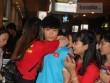 Công Phượng được fan nữ ôm, U22 Việt Nam được an ủi ngày về nước