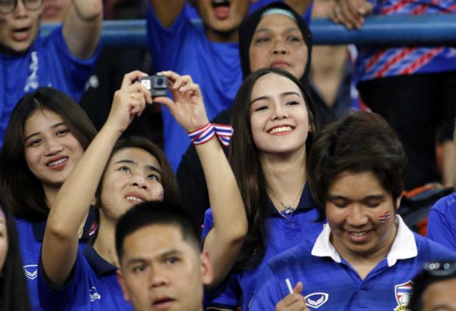 Dàn hot girl Thái Lan khiến 7 vạn CĐV Malaysia nín lặng - 1