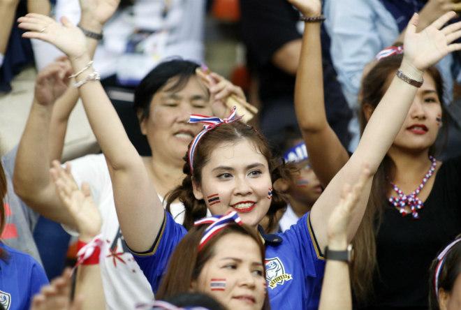 Dàn hot girl Thái Lan khiến 7 vạn CĐV Malaysia nín lặng - 2