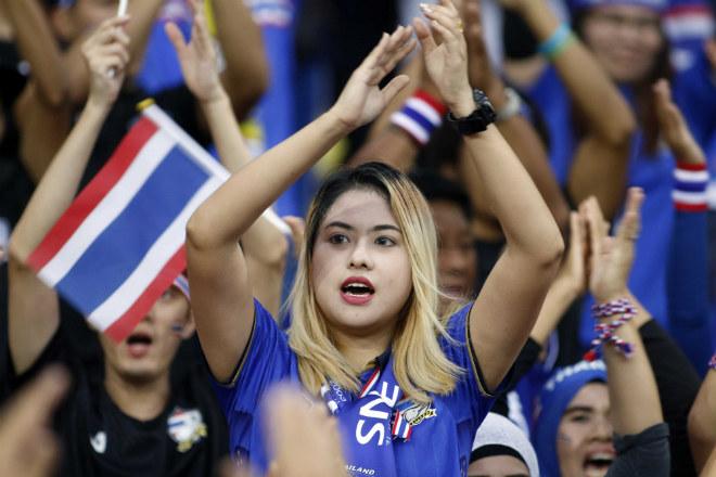 Dàn hot girl Thái Lan khiến 7 vạn CĐV Malaysia nín lặng - 3
