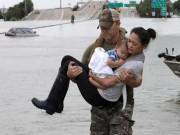 Thế giới - Sốt ảnh đặc nhiệm Mỹ bế mẹ con gốc Việt giữa bão như tận thế