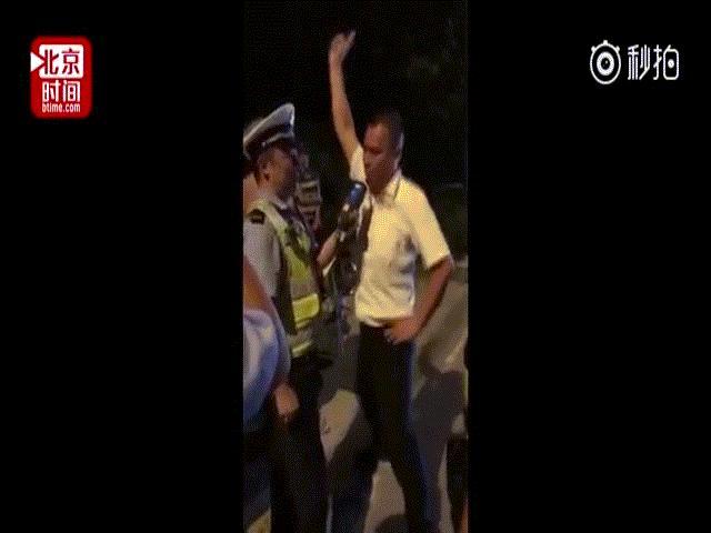 Bị cảnh sát đo nồng độ cồn, người đàn ông TQ nhảy điên cuồng