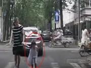 """Bạn trẻ - Cuộc sống - Bé gái """"gây bão"""" vì hành động lịch thiệp trên phố"""
