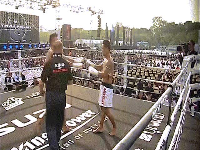 """UFC: """"Gấu Nga"""" tung đòn Muay Thái như bay, khóa cổ hạ đối thủ - 1"""